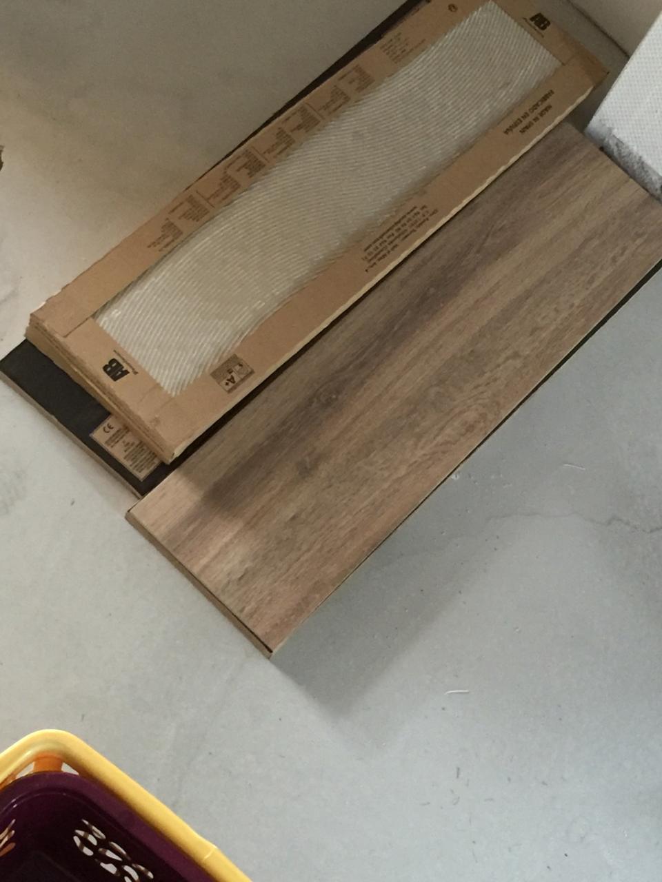 Wir Bekommen Aktuell Neue Fliesen Im Flur Und In Einem Kleinen Bad.  Entscheiden Haben Wir Uns Für Braun Graue Fliesen In Holzoptik.