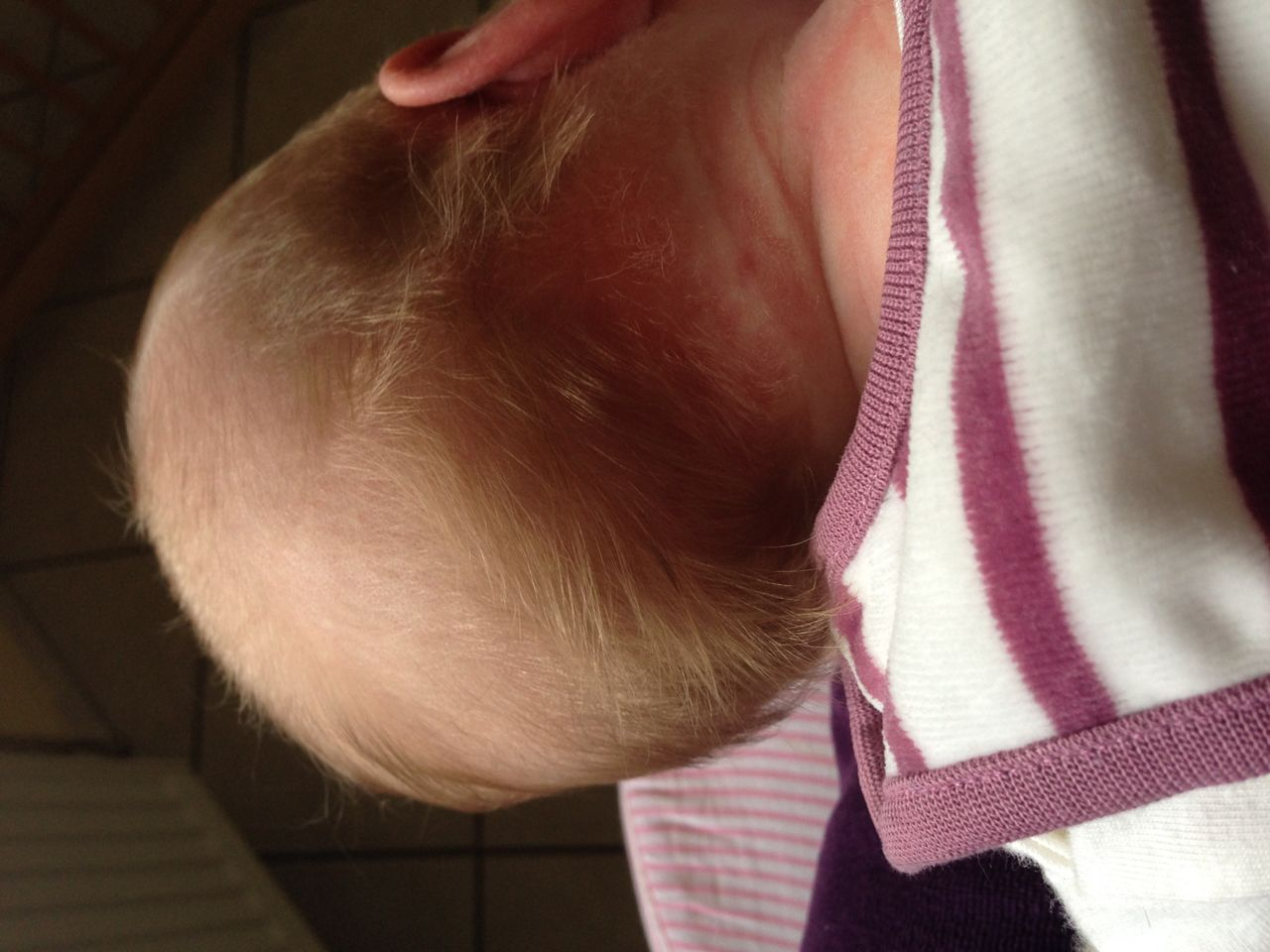 Baby braunrote haare